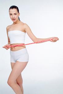 ウェストを測る女性の写真素材 [FYI02040939]