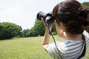 写真を撮る若い女性の写真素材 [FYI02041030]