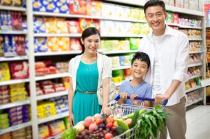 スーパーで買い物をする家族の写真素材 [FYI02041269]