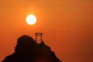夫婦岩と朝日の写真素材 [FYI02041352]