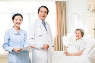 患者と医師と看護師の写真素材 [FYI02041468]