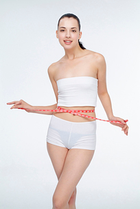 ウェストを測る女性の写真素材 [FYI02041476]