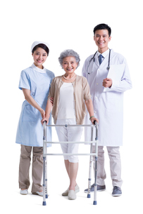 歩行器を持って立つ女性と医師と看護師の写真素材 [FYI02041511]