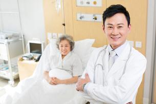 笑顔の医師と患者の写真素材 [FYI02041712]