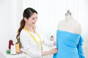 服を作る若い女性デザイナーの写真素材 [FYI02041748]