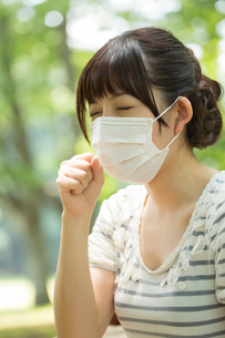 咳をする若い女性の写真素材 [FYI02041750]