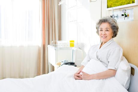 入院中の女性の写真素材 [FYI02041756]