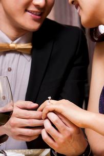 婚約をした若いカップルの写真素材 [FYI02041769]