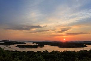 英虞湾に沈む夕日の写真素材 [FYI02041831]