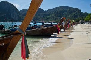 ピピ島のビーチに係留されたボートの写真素材 [FYI02041840]
