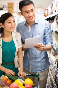 スーパーで買い物をするカップルの写真素材 [FYI02041865]