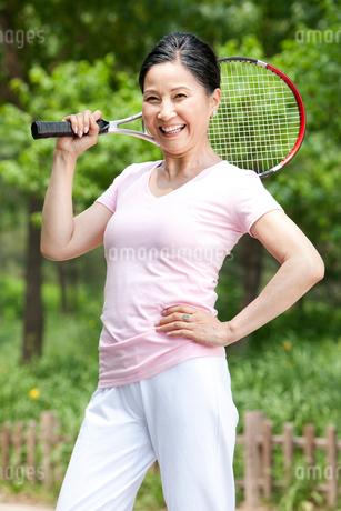 テニスラケットを持った熟年女性の写真素材 [FYI02041920]
