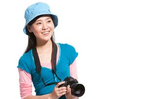 一眼レフカメラを持つ若い女性の写真素材 [FYI02041928]