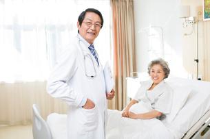 患者と医師の写真素材 [FYI02041950]