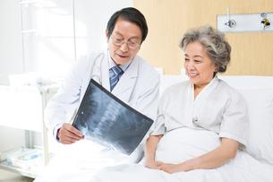 レントゲン写真を見る医師と患者の写真素材 [FYI02042003]