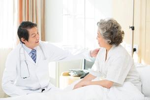 患者と医師の写真素材 [FYI02042061]