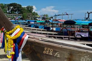 ピピ島のビーチに係留されたボートの写真素材 [FYI02042064]