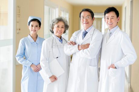 笑顔の医師と看護師の写真素材 [FYI02042112]