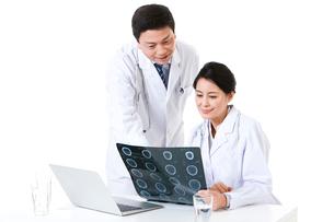 X線写真を見て話す医師の写真素材 [FYI02042159]