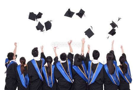 卒業式で帽子を投げる卒業生の写真素材 [FYI02042244]