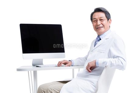 パソコンの前に座る医師の写真素材 [FYI02042285]