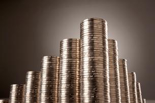 高く積まれた硬貨の写真素材 [FYI02042464]