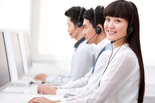 コールセンターで働く人々の写真素材 [FYI02042465]