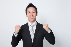 ガッツポーズをするビジネスマンの写真素材 [FYI02042482]