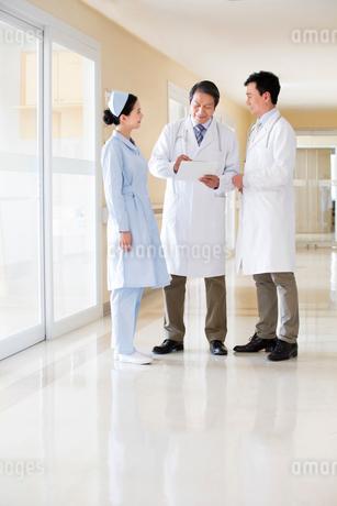 病院の廊下で話をする医師と看護師の写真素材 [FYI02042502]