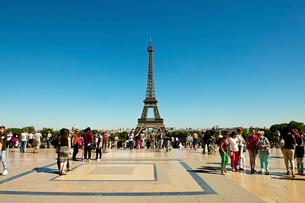 エッフェル塔と観光客の写真素材 [FYI02042521]