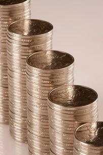 高く積まれた硬貨の写真素材 [FYI02042610]