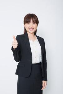 親指を立てるビジネスウーマンの写真素材 [FYI02042628]
