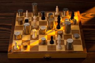 硬貨とチェスの写真素材 [FYI02042660]