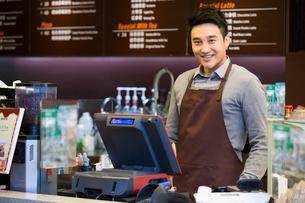 笑顔のカフェの店員の写真素材 [FYI02042688]