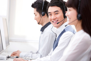 コールセンターで働く人々の写真素材 [FYI02042695]