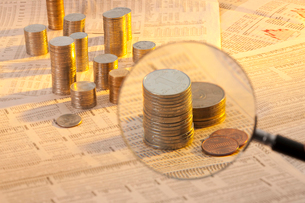 硬貨と新聞紙の写真素材 [FYI02042702]