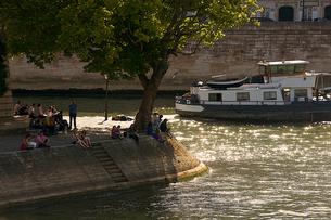 セーヌ川沿いでくつろぐ人々の写真素材 [FYI02042717]
