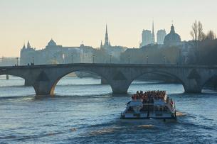 クルーズ 観光船 セーヌ川 パリ フランスの写真素材 [FYI02042840]