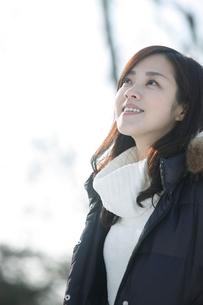 見上げる女性 冬の写真素材 [FYI02042902]