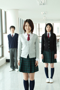 廊下に立つ学生 男女3人の写真素材 [FYI02043034]