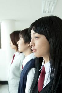 制服姿の学生横顔 男女3人の写真素材 [FYI02043045]
