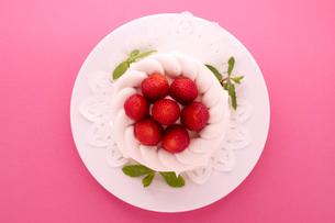 イチゴのデコレーションケーキの写真素材 [FYI02043056]