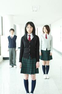 廊下に立つ学生 男女3人の写真素材 [FYI02043108]