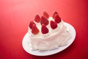 イチゴのデコレーションケーキの写真素材 [FYI02043127]