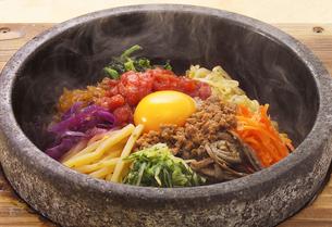 韓国料理 石焼きビビンバの写真素材 [FYI02043165]