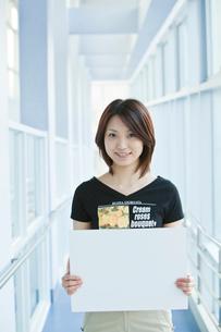 ホワイトボードを持つ女性の写真素材 [FYI02043245]