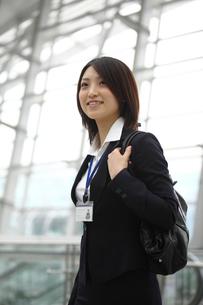 バッグを肩にかけるビジネスウーマンの写真素材 [FYI02043273]