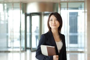 本を持つスーツ姿の女性の写真素材 [FYI02043292]