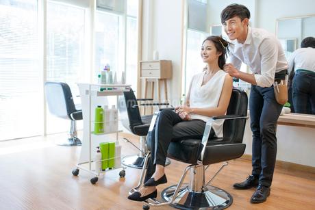 髪をセットする女性と美容師の写真素材 [FYI02043381]