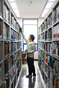 図書室の男子学生の写真素材 [FYI02043394]